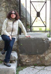 2 Sonia Palombo e la lastra con Centro Sacro a Fondi