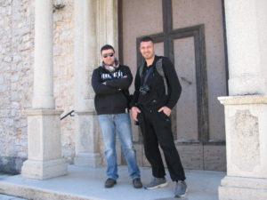Giancarlo Pavat e Orazio Vignola sul sagrato della chiesa di S. Michele Arcangelo a Pisterzo (LT) – foto G. Pavat