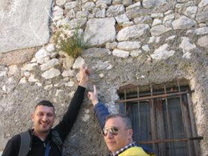 Orazio Vignola e Mario Tiberia indicano la Triplice Cinta di Pisterzo (LT) – foto G. Pavat