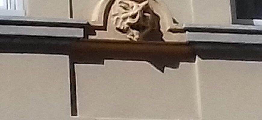 Musi di creature mostruose su un palazzo triestino di via Tor San Piero.